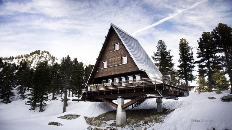 Casa capriata nuova costruzione rifugio alpino in fase for Casa moderna a torino